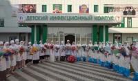 Глава ЧР подарил цветы и корзины фруктов медработникам, борющихся с COVID-19 больниц