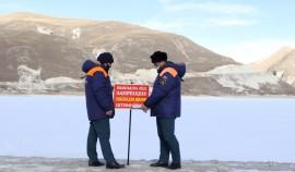 Сотрудники МЧС замерили толщину льда на озере Кезеной-Ам