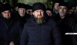 Рамзан Кадыров вместе с соратниками посетил кладбище Ахмата-Хаджи Кадырова