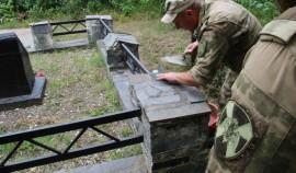 Росгвардейцы ЧР благоустроили братскую могилу погибших в годы Великой Отечественной войны