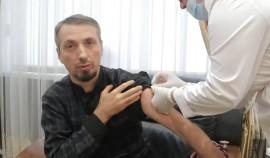 Эльхан Сулейманов прошел вакцинацию против гриппа и ОРВИ