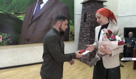 Ахмед Дудаев поздравил сотрудниц МинНацИнформ ЧР с праздником