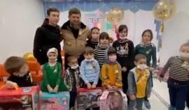 Рамзан Кадыров передал онкобольным детям подарки от РОФ имени Ахмата-Хаджи Кадырова