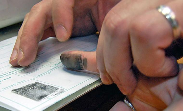 Иностранцы должны будут сдавать отпечатки пальцев для въезда в РФ