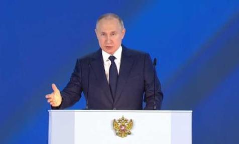 Президент России поручил выплатить в августе по 10 тыс. рублей семьям с детьми от 6 до 18 лет