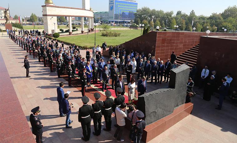 В Грозном возложили цветы к обелиску Ахмата-Хаджи Кадырова на Аллее Славы