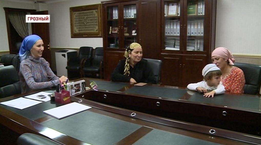 Фонд Кадырова оказал финансовую помощь еще двум семьям с тяжелобольными детьми