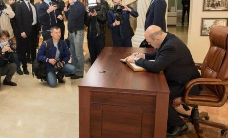 Премьер-министр РФ оставил запись в книге почётных гостейМемориального комплекса Славы в Грозном
