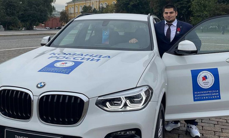 Чеченским олимпийским призерам Тамерлану Башаеву и Имаму Хатаеву подарили автомобили BMW X3