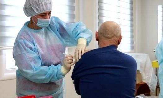 Роспотребнадзор советует переболевшим COVID-19 вакцинироваться через несколько месяцев