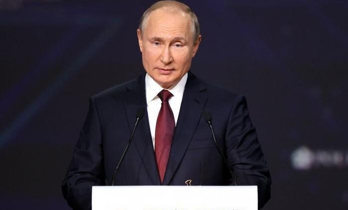 Путин поручил правительству проработать вопрос об организации вакцинного туризма в России
