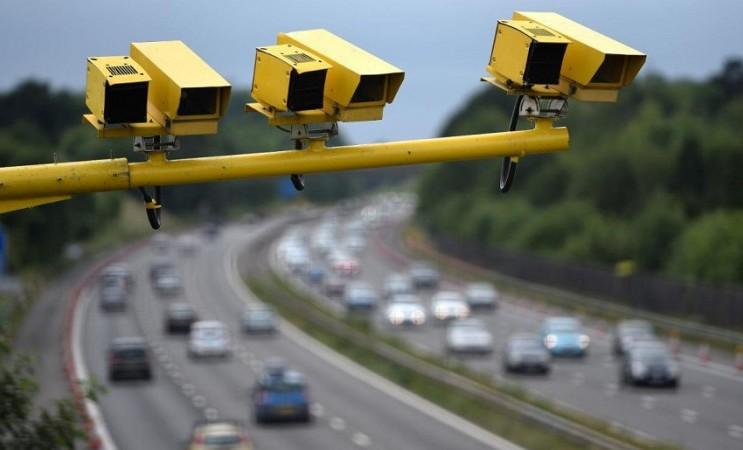 Водителей пока не штрафуют по камерам за выключенные фары, заявили в МВД