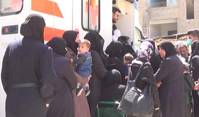 Российские военные впервые раздали гумпомощь в сирийском городе Ракка