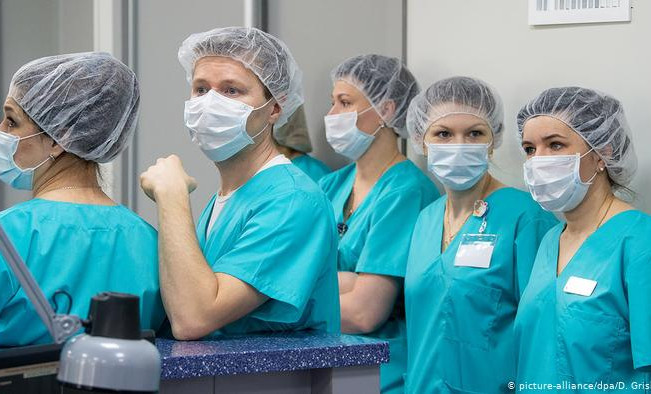 В семи регионах России проверят новую систему оплаты труда врачей
