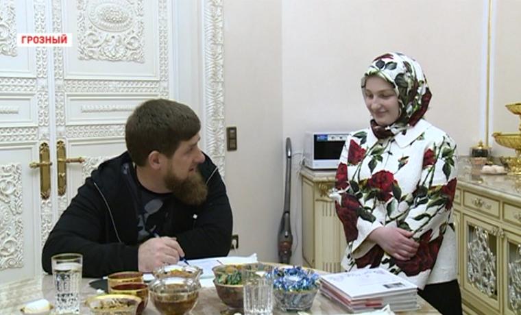 Рамзан Кадыров проверил школьные дневники детей по итогам третьей четверти