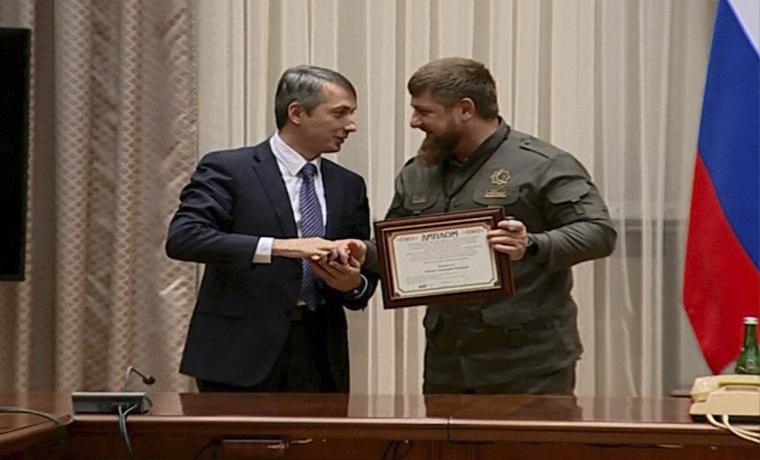Глава Минздрава ЧР вручил Рамзану Кадырову золотую медаль имени Н.Н.Блохина