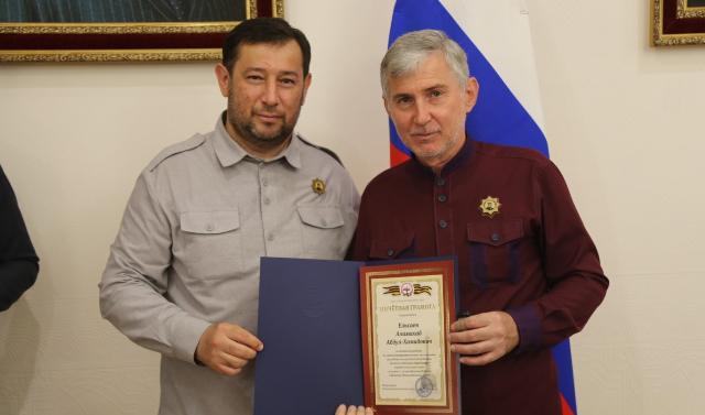 Мэр Грозного Иса Хаджимурадов вручил 11 чиновникам грамоты Союза городов воинской славы