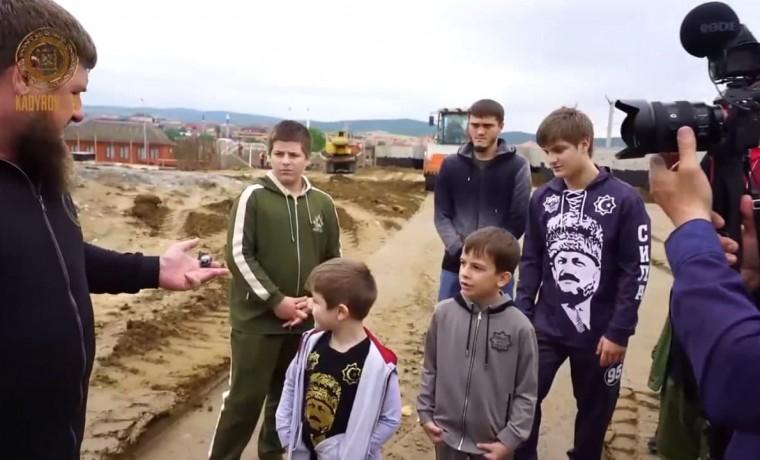 Рамзан Кадыров с сыновьями посетил стройплощадку религиозного центра «Хьаьжин беш» в Ахмат-Юрте