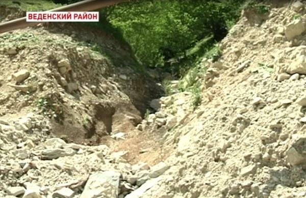 Недавние паводки размыли дороги в Веденском районе