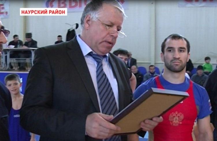 Исламбек Альбиев посетил спортивную школу Наура