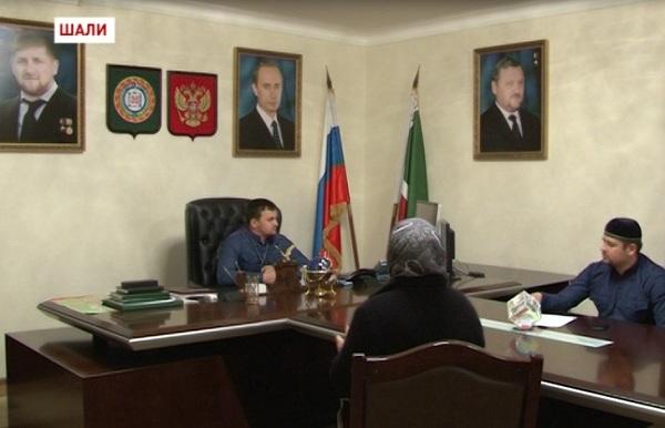 Глава Шалинского района Турпал-Али Ибрагимов принимает граждан